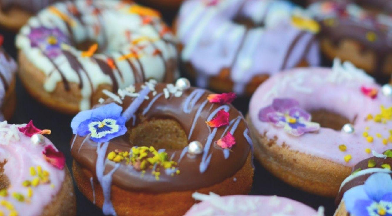 高円寺の人気カフェで『お花のドーナツ』が販売開始♡ 食べられるお花が乗ったヘルシーなドーナツをご紹介!