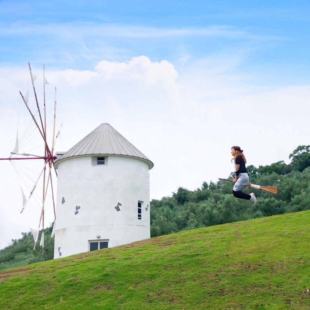 小豆島オリーブ公園で撮影した魔女の宅急便風空中浮遊写真