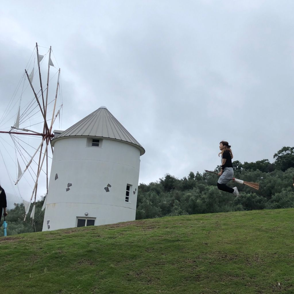 小豆島オリーブ公園で撮影した魔女の宅急便風空中浮遊写真の無加工の状態